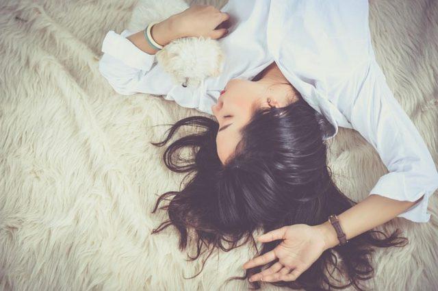 W jakim stroju najlepiej spać?