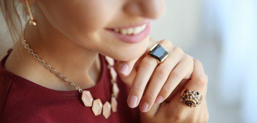 Piękna biżuteria damska – na co zwrócić uwagę przy jej wyborze?