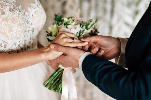 Obrączki ślubne. Klasyczne i nowoczesne wzory dla nowożeńców od W.KRUK