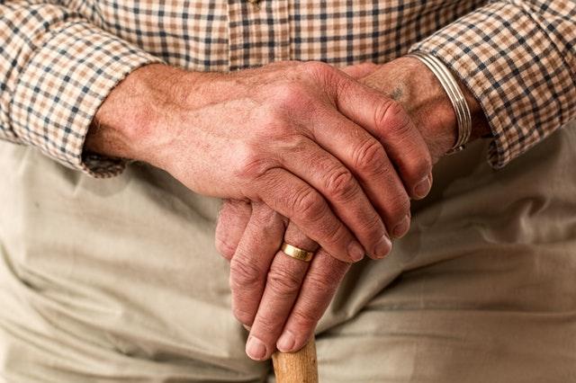Łóżko rehabilitacyjne dla seniora – kupić czy wypożyczyć?